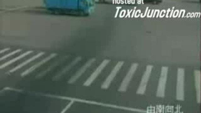 kavşakta kamyon arabayı nasıl eziyor