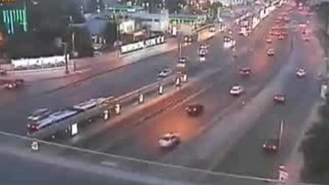 Otomobil , metrobüs yoluna böyle takla attı