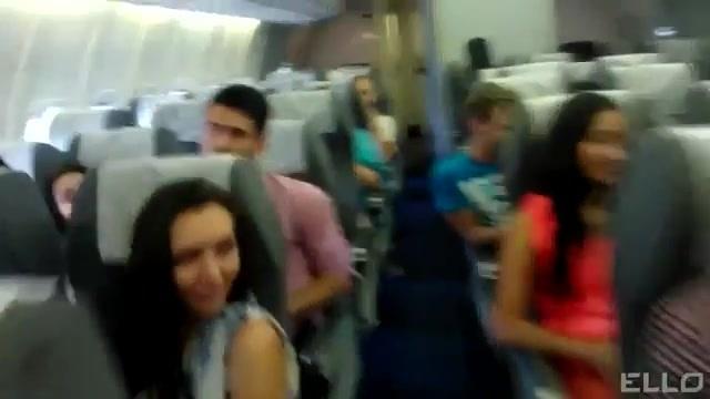 Seksi kızlar şimdi de uçakta