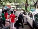 polis arabası adamın ayağını eziyor