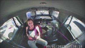 ABD'de Kelepçeli Kadın Polis Arabasını Çaldı
