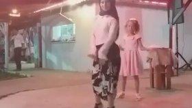 Türbanlı Kızın Dehşet Roman Havası Performansı