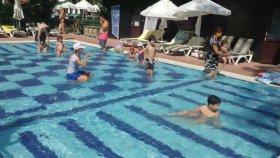 Parkta oyunlar havuzda yarışmalar , eğlenceli çocuk videosu , Champion Hotel mini club