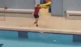 Dans Ederken Telefonunu Havuza Düşüren Şaşkın