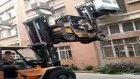 İki Forklift Yardımıyla Çamaşır Makinesini Hurdaya Çevirmek