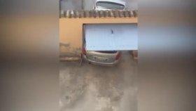 Dar Kapıdan Araba Çıkarmaya Çalışan Şaşkın Sürücü