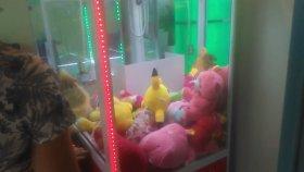 Otomatik oyuncak makinasından oyuncak ayıcık alma oyuncak bebek alma taktiği