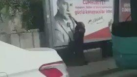 Eskişehir'de Islanan Atatürk Posterini Eliyle Temizleyen Kadın