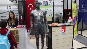 Design Week Türkiye Tasarım Haftası Türk Bayrağı ve Robot En Son trend Teknoloji Sanayi