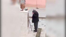 Tek Başına Atatürk Büstüne Çiçek Koyup Dua Eden Amca