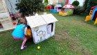 Mahallede Yeni Ev , Kartondan Oyun Evini Bahçeye Çıkarıyoruz , Lala Bebek ve Kedicik Ponçikte Oynuyor