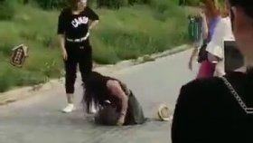 Kocasının Metresini Kemerle Sokak Ortasında Dövdü !