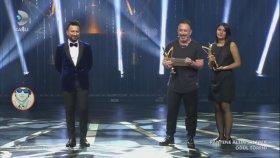 Cem Yılmaz Tarkan'a Ödülünü Verdi , Espirileri ile İzleyenlere Kahkaha Attırdı
