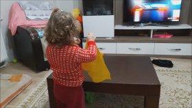 Evde Temizlik Yapan Küçük Kız