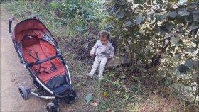 Fındık Toplarken Yorulup Oturan Küçük Kız