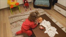 Yeni Alınan Oyuncak Bebeğine Çok Sevinen Küçük Kız