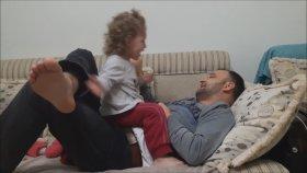 Babasıyla Tokat Yarışması Yapan Küçük Kız