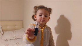 Ruj Tanıtımı Yapan Küçük Kız