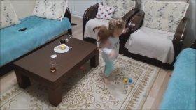 Oyuncak Bebeğini Sırtında Gezdiren Küçük Kız