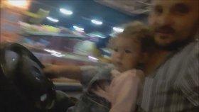 Babasıyla Çarpışan Araba Keyfi Yapan Küçük Kız
