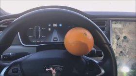 Tesla'nın Otomatik Pilotunu Portakalla Kandıran Adam