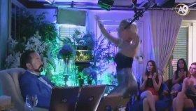 Adnan Oktar'ın Dizinin Dibinde Dans Eden Kedicik