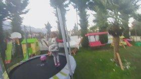 Bahçede Büyük Trambolinde Eğlenceli Oyunlar. Eğlenceli Çocuk Videosu Challenge