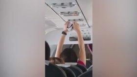 Uçağın Havalandırmasında Külodunu Kurutan Kadın Yolcu