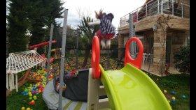 Bahçede Büyük Trambolinde Zıplama Yarışları , Kaydıraktan Atlamaca , Eğlenceli Çocuk Videosu