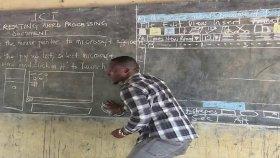 Kara Tahta Öğrencilere Bilgisayar Öğreten Öğretmen