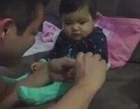 Tırnağı Kesen Babasına Oyun Yapan Çocuk