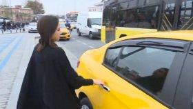 Turist Kılığına Giren Bayan Muhabir Takside Kazıklandı