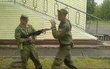 Tüfeği ayağıyla etkisiz hale getiren Rus asker