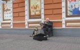 Sokak Müzisyenine Ayak Uyduran Köpek