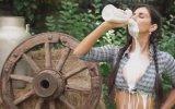 Tek Dikişte Litrelik Süt İçmeye Çalışan Kadın