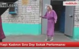 Yaşlı Kadının Sıra Dışı Sokak Performansı