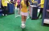 Erkeklerden İyi Futbol Oynayan Kız