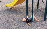 Oyun Parkında Sevimli Düşen Çocuk