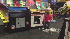 Oyun Makinasını Bozan Psikopat Çocuk