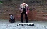 Toplarla Piyano Resitali Yapan Adam