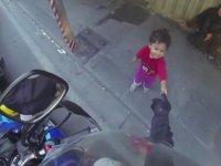 Motorcuyu Selamlayan Sevimli Suriyeli