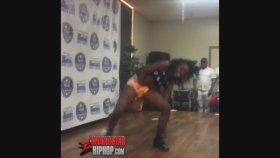 Dans Ederken Kıyafeti Yanan Kız
