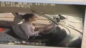 Aracı Direksiyon Sınavında Park Edemeyince Kendini Tokatlayan Kadın