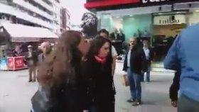 Kafir Laik Yobaz Çapulcu Gezici Kadınlar Arabaya Tekme Atıyor Sivil Polislere Vuruyor Tutuklanmıyor