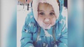 Kar İle İlk Kez Tanışan Bebeğin Yiyerek Yaşadığı Mutluluk