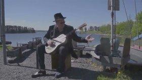 Gitarını Eline Alıp Su Pompasına Vokal Yapan Adam