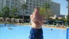 Havuza Kafalama Çakılan Adam