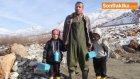 Okula Geç Kalmamaları İçin Çocuklarını Sırtında Taşıyarak Çaydan Geçiyor