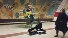 Çelik Erişçi'nin Metro Müzisyenliği Yapması