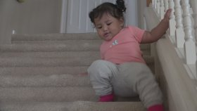 Merdivenden Düşe Kalka İnen Bebek